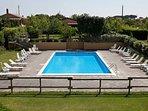 Vista esterna  piscina con gairdini