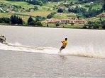 Disfruta de diferentes deportes acuáticos en el Lago Sochagota, a 5'  de nuestro alojamiento.