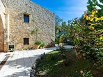 The Villa is close the old town of Rethymno, the beach and daily amenities