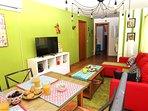 El salón tiene tv (y mantita) y un sofa cama- matrimonio por si se apunta alguien más.