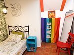 Habitación individual para niños o adultos divertidos.