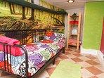 En esta habitación podemos poner cama individual o una extragrande de 1,80 m.