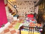 Esta habitación conserva piedra madre de Toledo, para llenarte de energía :)