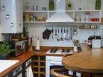 le coin cuisine ; sur la gauche tout ce dont vous avez besoin pour préparer de bons petits plats