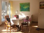 Wohnzimmer mit Doppelbett