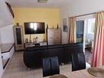 Salón con tv de 65 pulgadas wifi y PS4