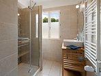 Salle d'eau avec douche et lavabo
