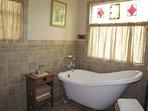 Vasca con piedini e doccia in piedi nel bagno principale