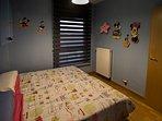 Habitación infantil con 2 camas individuales.