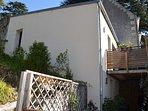 Extérieur du gîte avec terrasse et cour intérieure