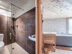 Une salle douche contiguë au spa pour se rafraichir après une séance de sauna