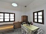 Villa VIOLA:- Zona pranzo con tavolo estensibile fino ad 8 posti a sedere.