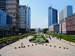 Vista città business interamente pedonale
