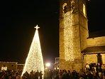 Iglesia de Santa María de Azogue en Puebla de Sanabria y árbol de Navidad