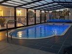 La piscine avec son eau à 29, le soir lors des vacances de Toussaint