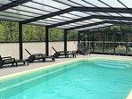 S'il pleuvait, la piscine s'adapte et vous offre un vaste espace à l'abri .