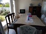 Amplia mesa de comedor; comedor con vista al jardin y frente a calle 25