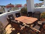 Mesas nuevas y sillones en la terraza