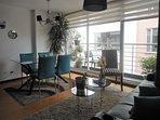 El concepto abierto de la Sala-Comedor, permite disfrutar de la hora de la comida al pie del balcón