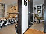 Acceso a los dormitorios del apartamento, lugares ideales para el descanso.