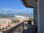 Un vaste balcon avec des vues sur mer, sur le village de Salobrena et sur la Sierra Nevada