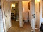 la salle de douche et les toilettes séparées