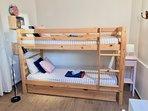 Chambre 2 : 2 lits superposés + 1 lit tiroir