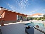 Casa Kontentu met privé zwembad en ruime porch gelegen op een 24/7 bewaakt resort