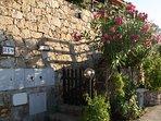 Ingresso dalla strata con cancellino e scaletta in pietra in comune con altri 2 appartamenti
