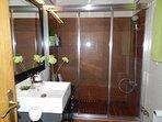 Baño con ducha en la planta baja