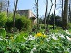 Le Gîte du Vieux Château vu du parc. le printemps est de retour.