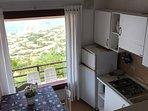 cucina vista dal piano rialzato della zona giorno , con spettacolare vista