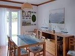 Sala de jantar: A sala possui um aspecto alegre que convida a desfrutar da hora da comida em casa.