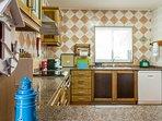 Esta é uma cozinha totalmente equipada, incluíndo máquina de lavar a louça e roupa.