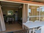 Salle de séjour et terrasse