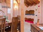depuis le coin cuisine, la table basse et les niches des lits des enfants