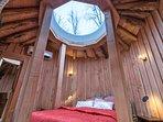 le lit king size dans la chambre, avec au dessus le dôme de plexiglas pour regarder les étoiles