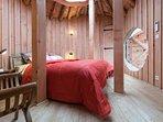 la chambre donne acès directement à la terrasse, au spa et  la salle de bain