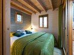 la chambre des amoureux, avec un lit-coffre king size et l'accès direct à la terrasse