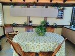 tavolo con cucina estiva nel gazebo