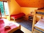 Chambre bouquetin : 2 lits simples et 2 lits superposés