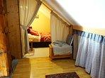 Chambre chamois : 1 lit double - chambre sous les combles, fermés par un rideau