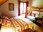 Chambre hibou : 2 lits simples et 2 lits superposés