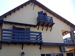 Ubicación de balcones en algunas habitaciones con vistas hacia la montaña