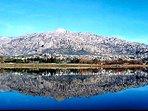 Vista de Manzanares el Real desde la orilla de enfrente del embalse  de Santillana.