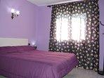 Dormitorio en la planta baja con cama doble de 1.90 x1.50