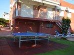 Mesa de ping pong y jardín