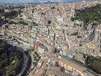 foto ospite con drone panorama Ibla