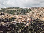 foto ospite con drone vista antico mercato e panorama vallata