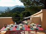 Petit déjeuner face au soleil levant sur le massif des Baronnies